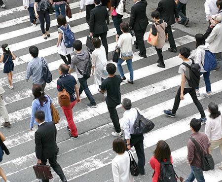 交差点を渡る人々